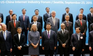 Chinese President Xi Jinping, front-row-center, poses for a photo with a group of CEOs and other executives at Microsoft's main campus in Redmond, Washington, Wednesday, September 23, 2015.  AFP PHOTO / POOL / TED S. WARREN