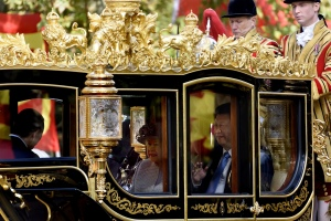 Queen Elizabeth and Xi Jinping ride down the Mall to Buckingham Palace. Photograph: Phil Robinson/Demotix/Corbis